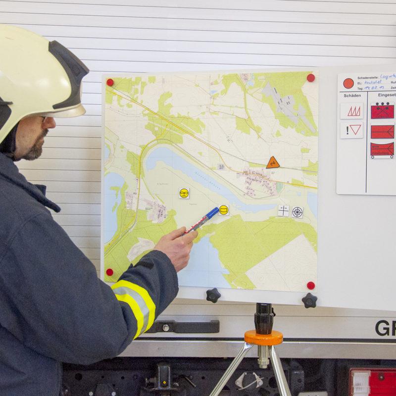 Arbeitstafel mit Adapter auf Feuerwehr-Stativ