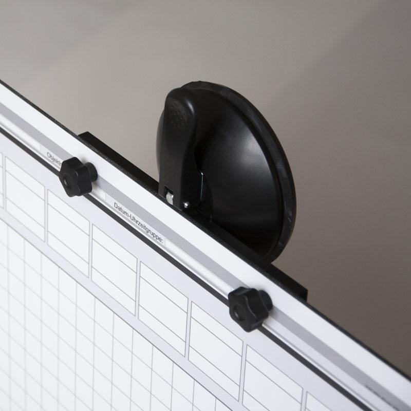 Saughalter 120 mm montiert an Tafel