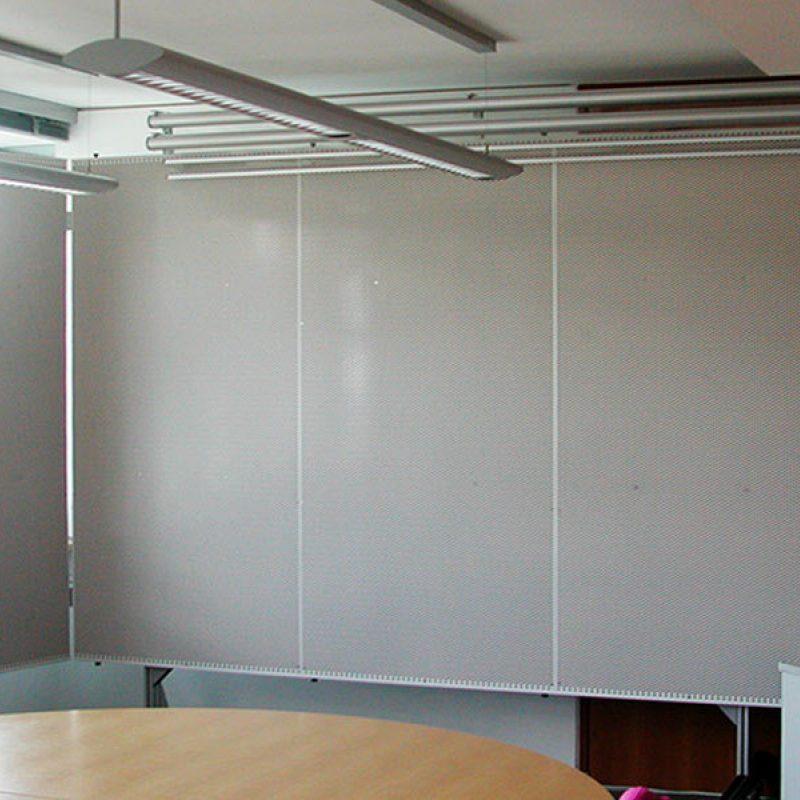 fahrbere Tafel mit Kork und Lochblech, Flügel und Planungsfolienrollos - IM Dresden