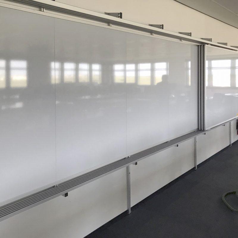 Flughafen Berlin Brandenburg GmbH - Schiebetafel-Anlage an einer Trockenbauwand