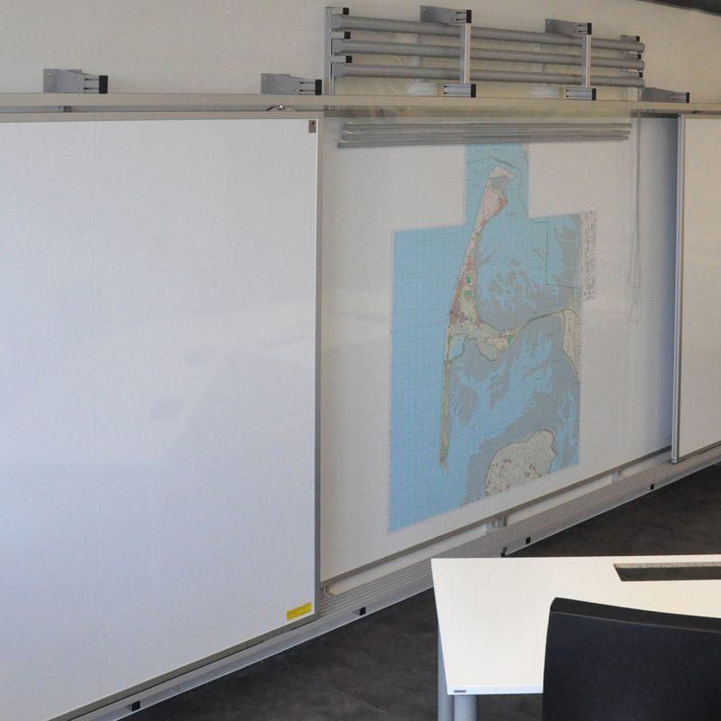 Sylt Stabsraum - Schiebetafel-Anlage mit Planungsfolienrollos und Magnetkarten
