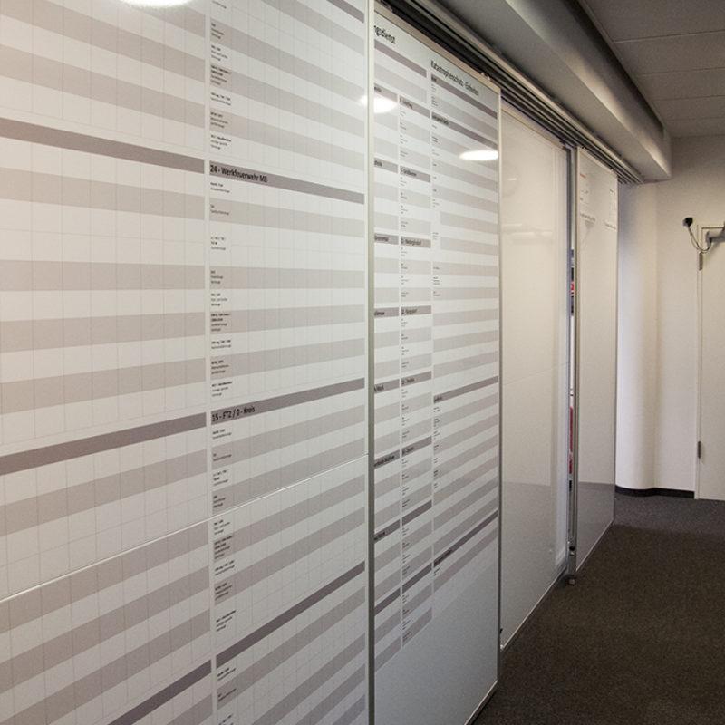 Schiebetafelanlage 7.450 x 2.450 mm - Tabellenaufdruck - Raumteiler - Kreisverwaltung Teltow Fläming